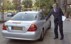 Hrvatski ambasador sa notom u ruci izlazi iz zgrade MSP