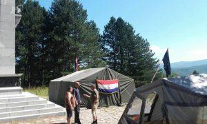 Šator proustaša pored spomenika  Facebook/Drazenkeleminec