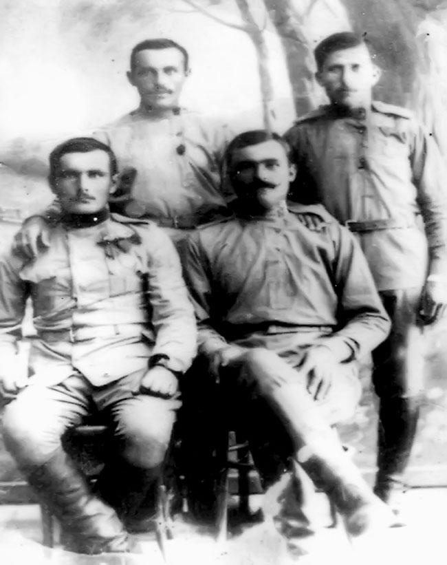 Snimak iz Soluna, načinjen 1918: sede Kosta Stanić i Lazar Marić, stoje Jovan Zeković i Luka Vukojičić, svi solunci iz sokolačke opštine
