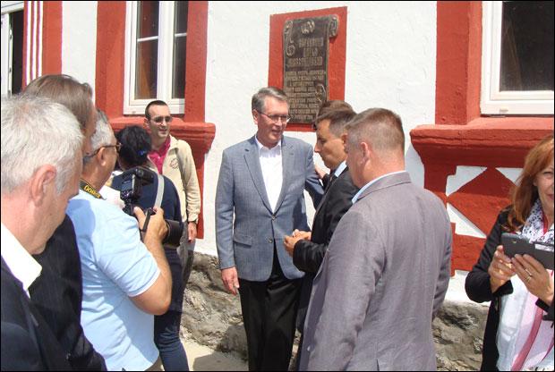 Ambasador Čepurin kraj spomen-ploče Darji Aleksandrovnoj