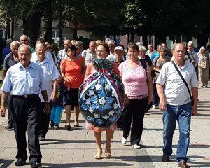 U Memorijalnom kompleksu gradskog parka u Doboju danas su, povodom Dan ustanka naroda dobojskog kraja 23. avgusta, položeni vijenci i odata počast poginulim borcima i civilima u Drugom svjetskom ratu