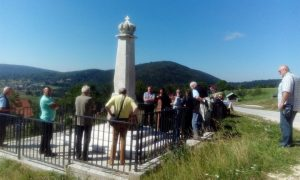Spomenik Kralju Petru I oslobodiocu u mjestu Sjeversko iznad Borika, nedaleko Rogatice. Parastos služen 14. septembra 2016.