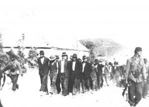 Na Baniji 1942. Ustaše odvode Srbe na streljanje. (FOTO: www.wikiwand.com)