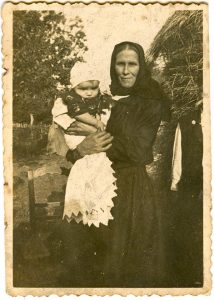 Nikola Krajnović u naručju svoje bake Anđelije, početkom 1941.