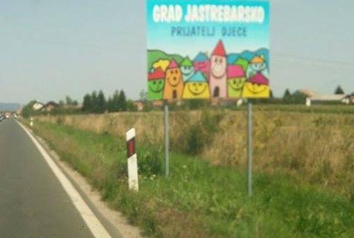 Tabla na ulazu u grad Jastrebarsko. Zaslužuje li tako nešto kraj svog imena, grad sa tamnom sjenom svoje prošlosti, sa kojom se nikad nije suočio?