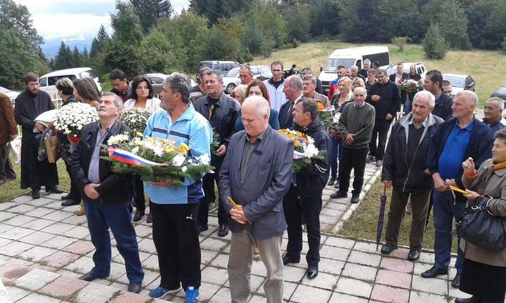 Код споменика на Папратној њиви, на старом макадамском путу Фоча-Калиновик, данас је служен парастос за 42 српска борца и цивила који су погинули у засједи муслиманске војске на данашњи дан прије 24 године