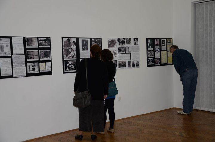 """Izložba """"Moje Jadovno"""" otvorena je u Muzeju Kozare u Prijedoru u saradnji sa Udruženjem građana """"Jadovno 1941"""" iz Banjaluke."""