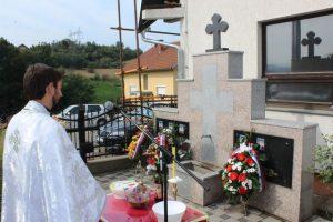 Polaganjem cvijeća i paljenjem svijeća isred spomenika  borcima palim u odbrambeno-otadžbinskomratu  u Gornjem Zabrđu kod Ugljevika, održan je pomen-parastos za petoricu pripadnika Vojske Republike Srpske /VRS/