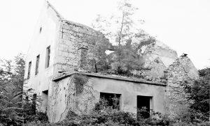 """Zgrada železničke stanice Pribudić, porušena u """"Oluji"""" (Foto Lična arhiva)"""