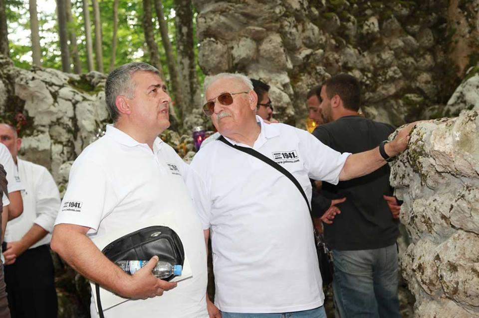 24.6.2011. Sa ocem Milanom kod Šaranove jame na Velebitu uz obnovljenu Spomen ploču Grubišnopoljcima postradalima na tom strašnom jestu.