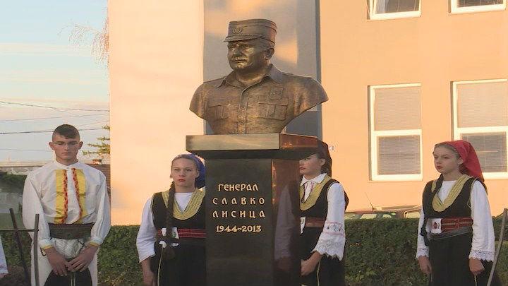 U Brodu otkrivena spomen-bista generalu VRS Slavku Lisici