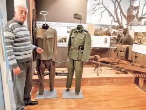 Radivoje Papić pored izloženih eksponata (Foto S. Jovičić)