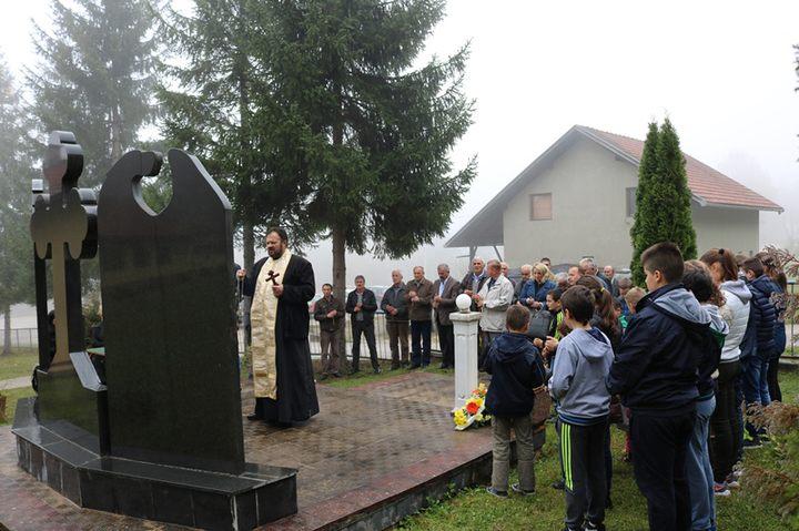 U selu Baraći kod Mrkonjić Grada danas je služen parastos i položeni vijenci na spomen-obilježje za 22 poginula i četiri nestala borca odbrambeno-otadžbinskog rata sa baraćkog kraja