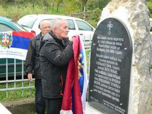 Branko Savić kraj spomenika u porti crkve u Cecunima