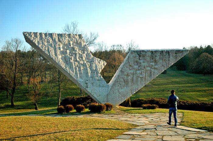 Spomenik streljanim đacima i profesorima u Šumaricama