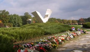 У Шумарицама је у знак сећања на Крагујевчане стрељане 1941. године почела традиционална антиратна манифестација