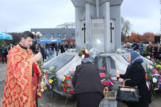 U Ugljeviku je večeras, uoči krsne slave opštine Svete Petke, služen parastos za 301 borca Vojske Republike Srpske koji je poginuo u proteklom odbrambeno-otadžbinskom ratu