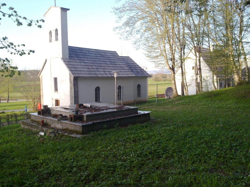 Grobnica sa srpskim žrtvama pored pravoslavne crkve u Smiljanu