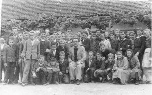 Miloš Popović sa đacima u Glini