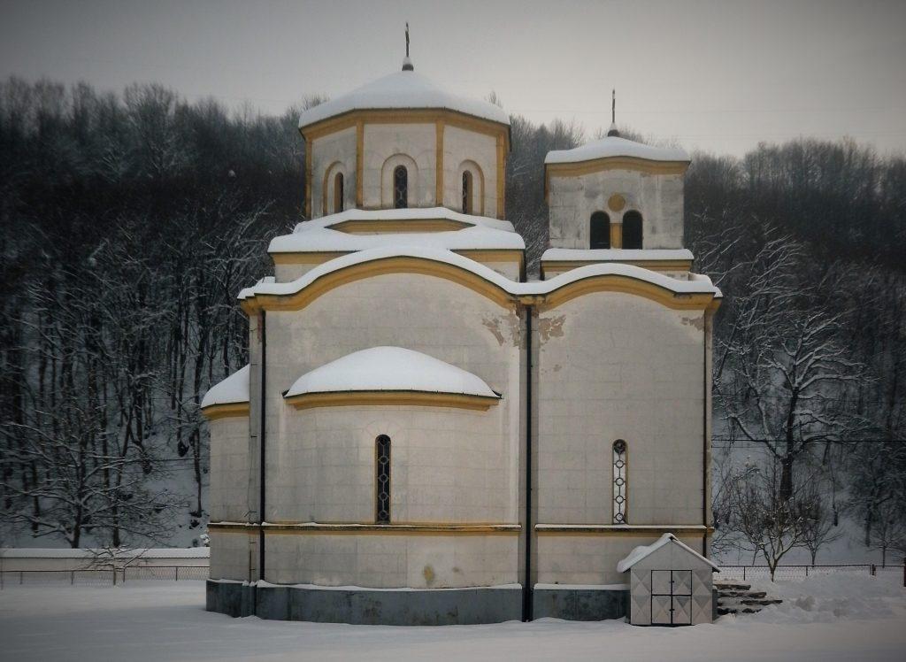 Crkva Sv. apostola Petra i Pavla u Ljubiji, uzgrađena 1938. godine.