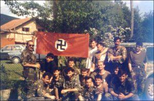 Pripadnici HVO sa nacistickom zastavom tokom ratnih sukoba u BiH
