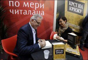 Ratko Dmitrović na Sajmu potpisivao knjigu mnogobrojnim čitaocima