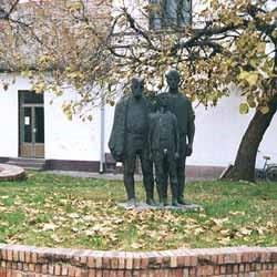 (Фото: Споменик у центру Степановићева)