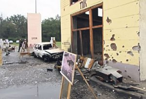 """""""Golf"""" i deo trga u Tuzli, dan posle eksplozije 25. maja 1995. godine"""
