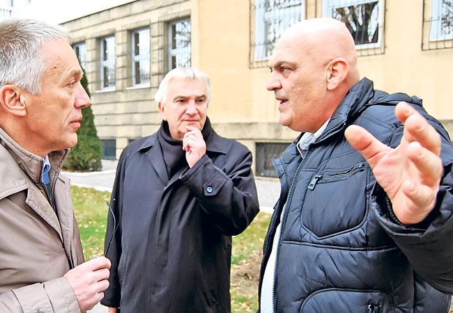 Pred zgradom Odeljenja za ratne zločine u Beogradu: advokati Borut Škerlj i Svetozar Ž. Pavlović sa Dragomirom Grujovićem (Foto: G. Otašević)