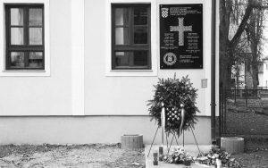 Ustaška ploča na mjestu gdje je bila uprava logora Foto: Nikola Čutuk/PIXSELL