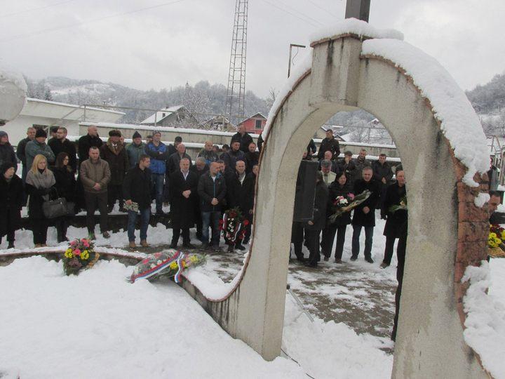 U crkvi Svetih apostola Petra i Pavla u Kravici kod Bratunca danas je služen parastos za 158 srpskih civila i vojnika iz ovog mjesta i okolnih sela poginulih u proteklom ratu, od kojih su 49 ubile muslimanske snage iz Srebrenice i bratunačkih sela na Božić, 7. januara 1993. godine.