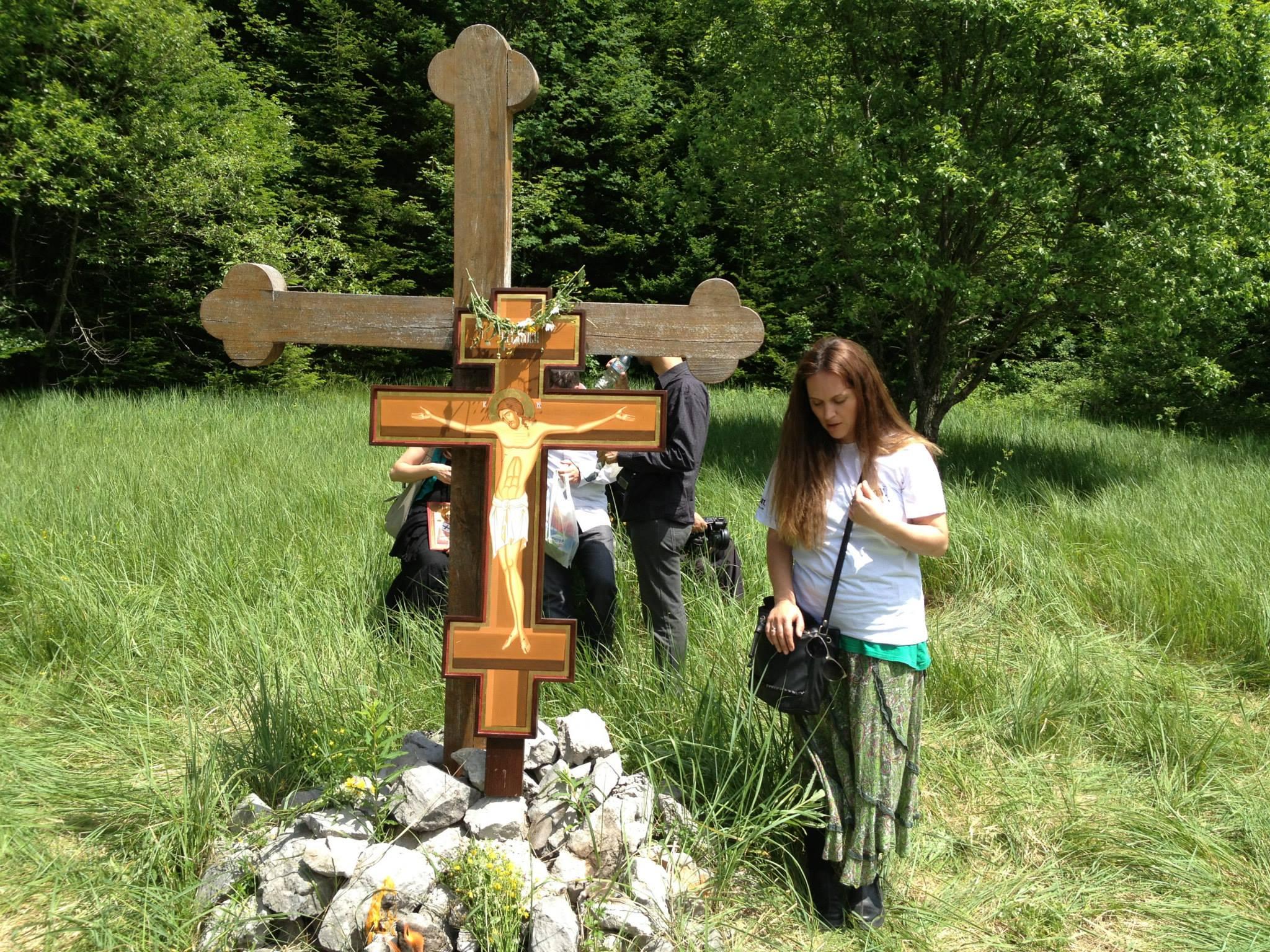 Dajana Petrović uz Časni krst na mestu logora Jadovno na Velebitu