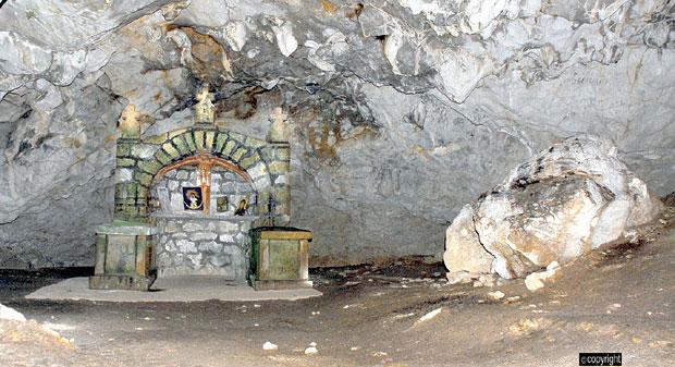 Kosturnica i oltar u Kađenici