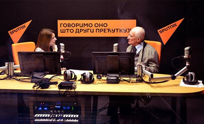 Akademik Matija Bećković sa novinarkom Sputnjika Senkom Miloš ( © Sputnik/ Radoje Pantović)