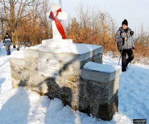 Spomenik nad kosturnicom na Belom kamenu