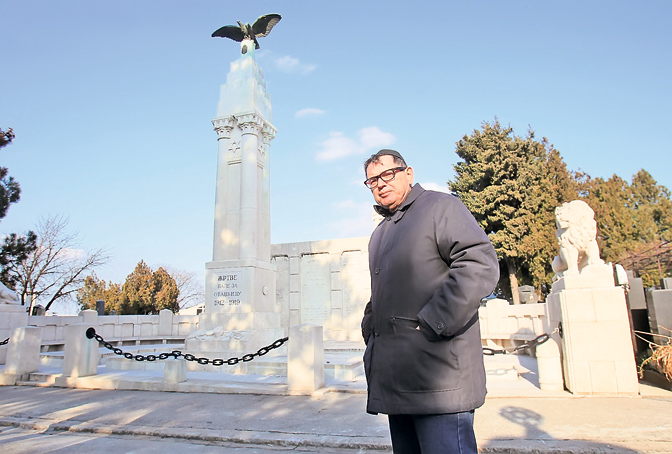 Davor Salom, član komisije Saveza jevrejskih opština Srbije za obnovu spomenika, kraj memorijalne celine na Sefardskom groblju u Beogradu (Foto: D. Žarković)