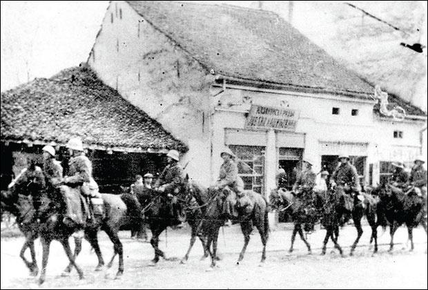 """SLOM Bugarska vojska se vraća u Vlasotince Fotografija preuzeta iz knjige """"Toplički ustanak 1917."""" autora Novice Pešića"""