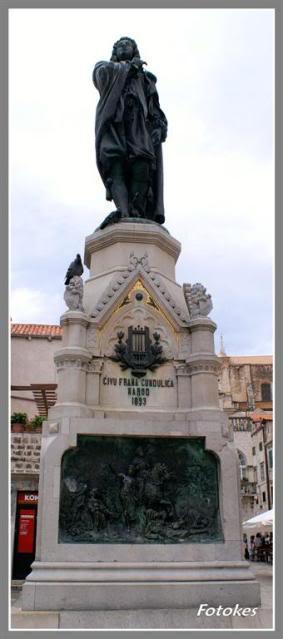 """Spomenik Gunduliću, na Gundulićevoj Poljani u Dubrovniku, postavljen je 1892. godine na velikom kamenom postolju na kojem su četiri reljefa sa prikazima iz njegovog epa """"Osman"""""""