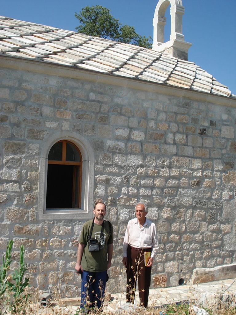 Sa Milenkom Jahurom predsjednikom SND Prebilovci ispred obnovljene crkve u Klepcima
