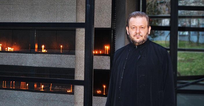 Moj otac je bio građanin Sarajeva, građanin BiH, niko iz grada, republike ili neke stranke nije došao i rekao, desilo se što se desilo, možemo li da izvučemo neku pouku, da naša pokoljenja ne načine istu grešku - kaže sveštenik Jovan Gardović Foto: © SPUTNIK/ ALEKSANDAR MILAČIĆ
