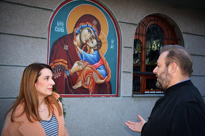 Protojerej Jovan Gardović u razgovoru s novinarkom Sputnjika Senkom Miloš Foto: © SPUTNIK/ ALEKSANDAR MILAČIĆ