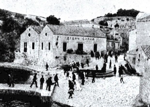 Naziv Doma srpskog društva Dušan Silni u Dubrovniku, s kraja 18. veka ispisan ćirilicom