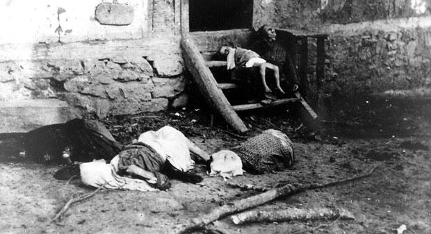 Cela porodica pobijena na pragu kuće