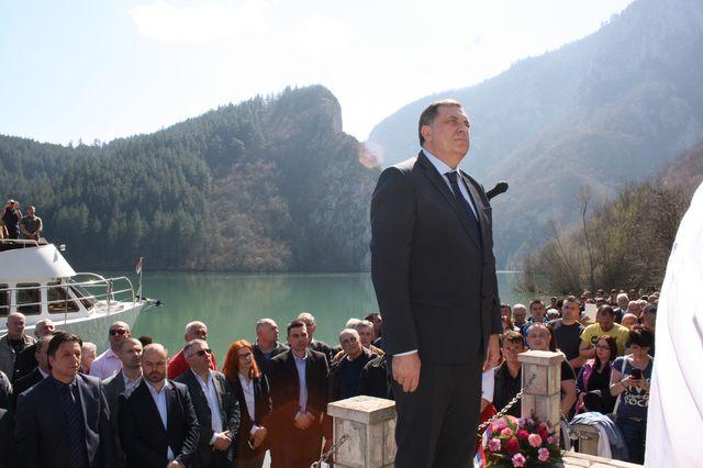 Predsjednik Republike Srpske Milorad Dodik u Starom Brodu kod Višegrada, gdje je danas obilježeno 75 godina od ustaškog pokolja više od 6.000 Srba iz istočnog dijela BiH.