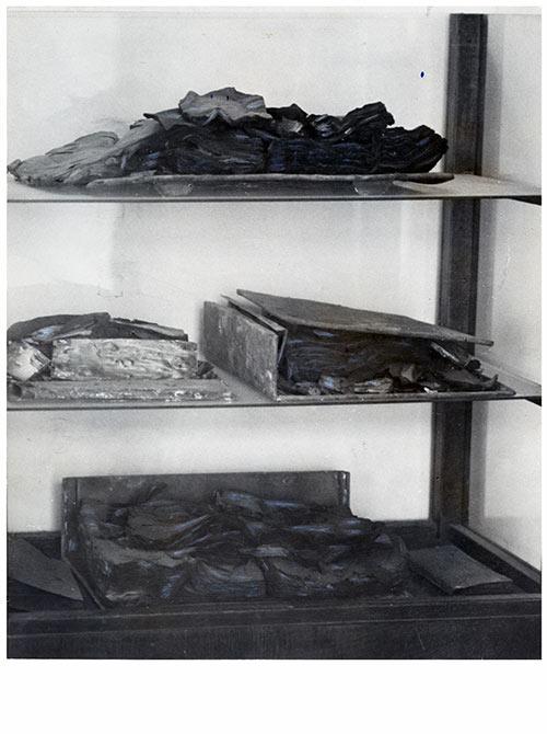 Spaljene knjige otkrivene prilikom obavljanja arheoloških istraživanja na lokalitetu NBS na Kosančićevom vencu sedemdesetih i osamdesetih godina XX veka (iz Zbirke fotografija Narodne biblioteke Srbije)