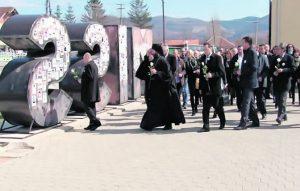 Полагање цвећа на споменик у Грачаници, посвећен отетим и несталим Србима на Косову и Метохији (Фото РТВ КиМ)