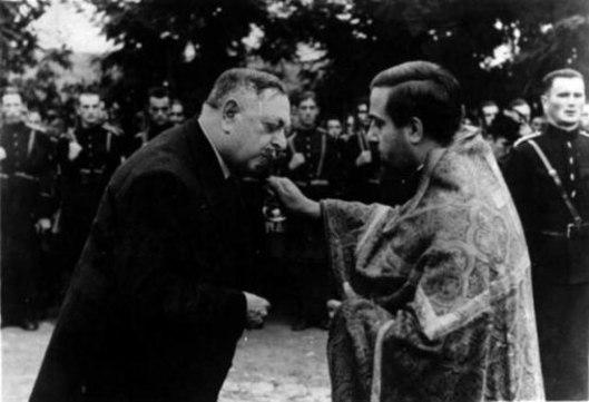 Milan Nedić ljubi krst