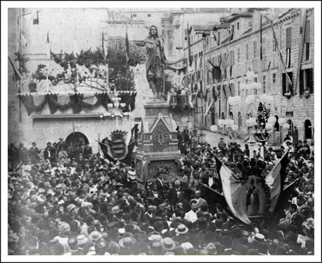 Spomenik Dživu Gunduliću podignut je 1892. godine u Dubrovniku, u spomen na tristogodišnjicu njegovog rođenja
