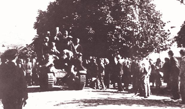 Čačanski partizani sa zarobljenim tenkom