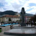 На централном споменику служен помен погинулим и преминулим борцима фочанских бригада, те положено цвијеће и прислужене свијеће.